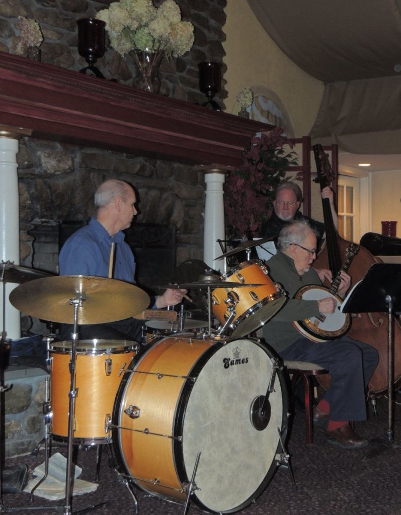 Rhytm Section, Bill Reynolds drums, Peter Bulllis banjo, John Turner bass